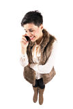 Lycklig le kvinna på den mobila mobiltelefonen Royaltyfria Bilder