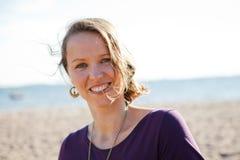 Lycklig le kvinna på stranden. Royaltyfri Bild