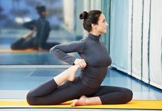 Lycklig le kvinna på den gymnastiska konditionövningen Arkivbild