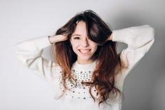 lycklig le kvinna Rolig ung flicka på en vit bakgrund Ärliga positiva sinnesrörelser Arkivbilder