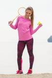 Lycklig le kvinna som spelar badminton på stranden, aktiv livsstil Royaltyfria Foton