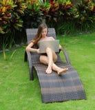 Lycklig le kvinna som surfar internet Arkivfoton