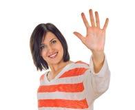 Lycklig le kvinna som visar fem fingrar royaltyfria bilder
