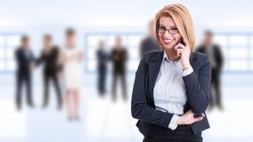 Lycklig le kvinnlig affärschef som talar på telefonen fotografering för bildbyråer