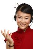 Lycklig le kvinnlig asiatisk kundtjänstoperatör Arkivfoton