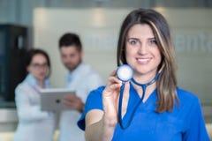 Lycklig le kvinnlig doktor med stetoskopet Royaltyfri Bild