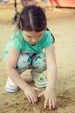 Lycklig le liten flicka på lekplats Royaltyfri Fotografi