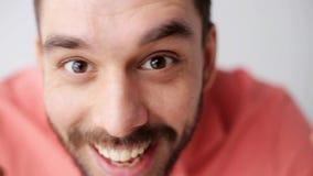 Lycklig le man med skägget som har gyckel på kameran lager videofilmer