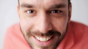 Lycklig le man med skägget som har gyckel på kameran stock video