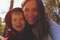 Lycklig le moder och barn som tillsammans spelar Arkivbilder