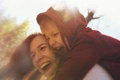 Lycklig le moder och son som tillsammans spelar Royaltyfri Bild