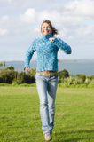 Lycklig le mogen kvinna som har gyckel i park Arkivbilder