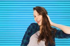 Lycklig le nätt tonårs- flicka arkivfoton
