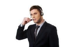 Lycklig le operatör för telefon för kundservice Fotografering för Bildbyråer