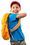 Lycklig le pojke med ryggsäcken som isoleras över vit Royaltyfria Foton