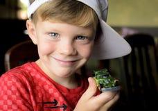 Lycklig le pojke som visar hans nya leksakbil arkivbilder