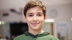 Lycklig le preteenpojke på skolan stock video