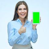 Lycklig le skärm och tumme för minnestavla för visning för affärskvinna upp Arkivfoto