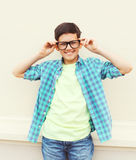Lycklig le smart tonåringpojke i exponeringsglas som bär en rutig skjorta Royaltyfria Foton