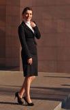 Lycklig le stående stående för affärskvinna Royaltyfri Foto