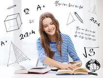 Lycklig le studentflicka med böcker Royaltyfri Foto