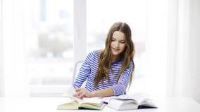 Lycklig le studentflicka med böcker stock video