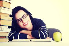 Lycklig le ung deltagarekvinna med böcker Royaltyfria Foton