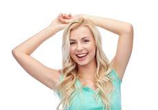 Lycklig le ung kvinna eller tonårs- flicka royaltyfri bild