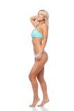 Lycklig le ung kvinna i bikinibaddräkt arkivbilder