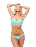 Lycklig le ung kvinna i bikinibaddräkt royaltyfri fotografi