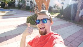 Lycklig le ung man i selfie för julhjorthorn Julfilial och klockor stock video