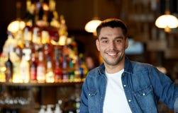 Lycklig le ung man på stången eller baren Arkivbild