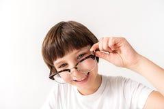 Lycklig le ung manlig person som håller exponeringsglas arkivbild