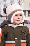 lycklig le vinter för pojkekläder Arkivbilder