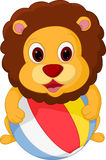 Lycklig lejontecknad film som spelar bollen royaltyfri illustrationer