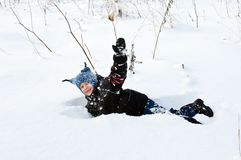 lycklig leka snow för pojke Arkivfoto