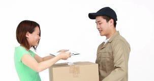 Lycklig leveransman som levererar kartongen lager videofilmer