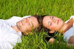 lycklig liggande äng för par arkivfoton
