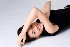 lycklig liggande kvinna för golv royaltyfri fotografi