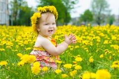lycklig liten äng för flicka Arkivbild