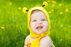 lycklig liten äng för flicka Arkivfoto