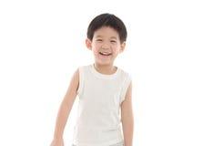 Lycklig liten asiatisk pojke på vit bakgrund Arkivbild