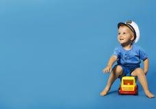 Lycklig liten blond pojke med sjömanhatten Royaltyfria Foton