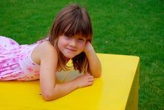 Lycklig liten flicka arkivfoto