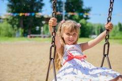 Lycklig liten flicka fem år gammal bärande sommarklänning som har gyckel Royaltyfri Bild