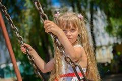 Lycklig liten flicka fem år gammal bärande sommarklänning som har gyckel Royaltyfria Foton