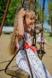Lycklig liten flicka fem år gammal bärande sommarklänning som har gyckel Arkivfoto