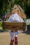 Lycklig liten flicka fem år gammal bärande sommarklänning som har gyckel Royaltyfria Bilder