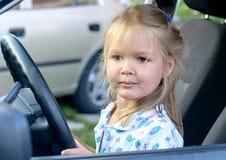 Lycklig liten flicka i bilen Arkivbild