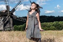 Lycklig liten flicka i fältet Fotografering för Bildbyråer